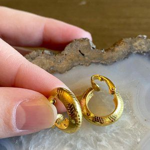1970s gold-toned clip-on earrings